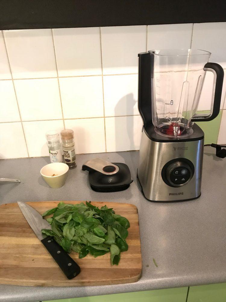 Making pesto with the Philips Vacuum Blender
